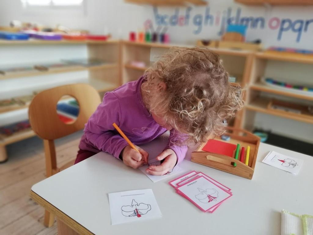 bilde av elev som konsentrerer seg